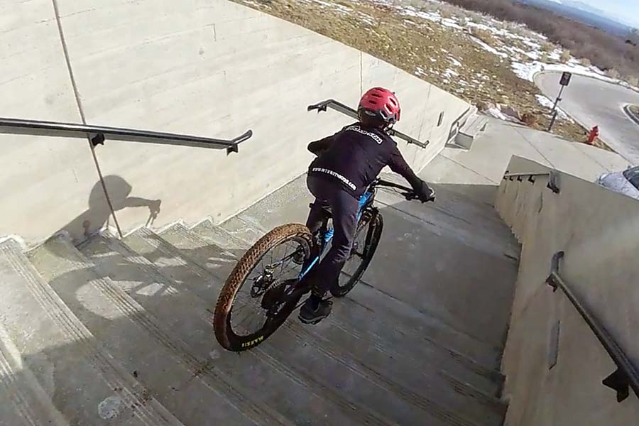 Descending stairs with the Pivot LES 27.5