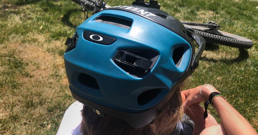 Rear view of the Oakley DRT5 mtb helmet