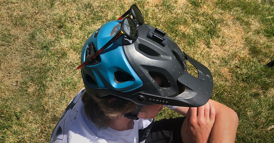 Sunglasses are secured with nifty clips on the Oakley DRT5 mtb helmet